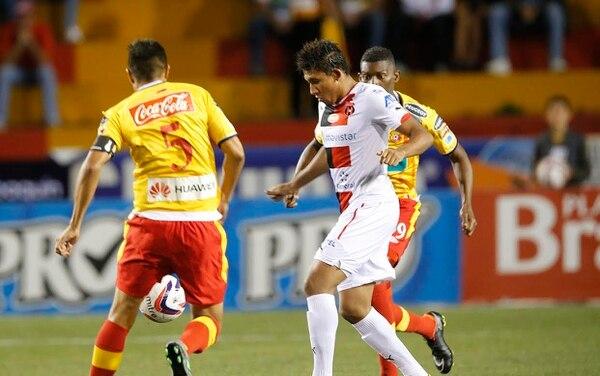 Herediano perdió en casa 0-1 en el primer juego del torneo ante Alajuelense. El jugador manudo José Guillermo Ortiz (centro) es marcado por Keyner Brown y Óscar Esteban Granados (5).