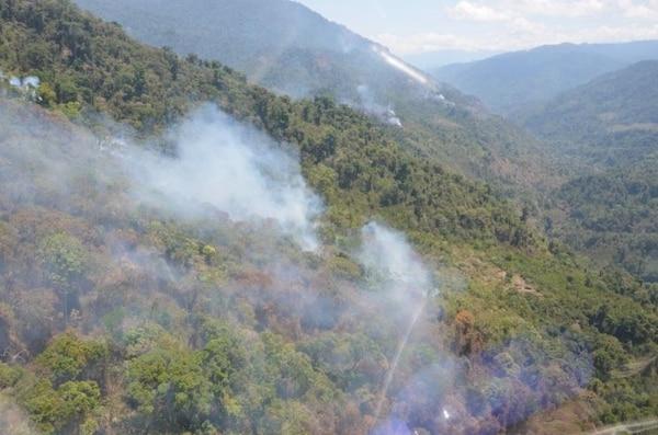 Toma aérea de los focos de fuego que ya fueron controlados en la Reserva Forestal Río Macho, Cartago.