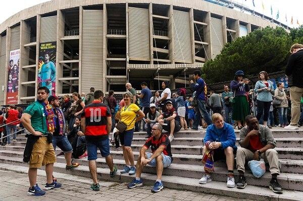 Aficionados del FC Barcelona permanecían afuera del Camp Nou este domingo, tras el anuncio de que el encuentro deportivo se realizaría a puerta cerrada.