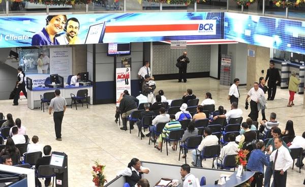 Atención al público en el Banco de Costa Rica. De acuerdo con el Banco Central, el crédito al sector privado crecería 12,1%, este año. | ARCHIVO