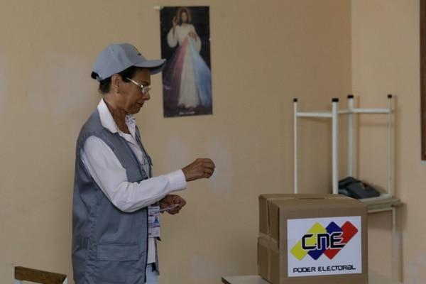 Fotografía cedida por la Agencia Venezolana de Noticias (AVN) que muestra a la rectora del Consejo Electoral Nacional (CNE) Socorro Elizabeth Hernández durante un simulacro electoral