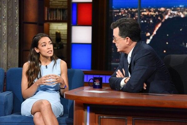 Después de su victoria, Alexandria Ocasio-Cortez fue invitada por Stephen Colbert a su programa. Desde entonces, también ha sido perfilada por varias revistas. Foto: Cortesía Scott Kowalchyk/CBS.