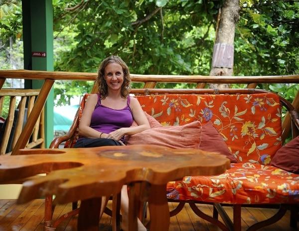 Laura Ellington ofrece cursos gratuitos de idiomas a los habitantes de la zona.   GESLINE ANRANGO.
