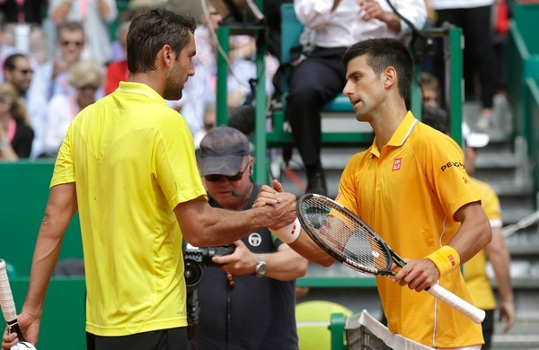 Novak Djokovic saluda a Marin Cilic tras derrotarlo en el Masters de Montecarlo.