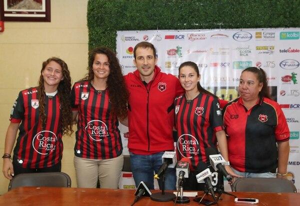 Agustín Lleida fue el encargado de presentar a María Paula Salas, Noelia Bermúdez y Katherin Arroyo. Fotografía: John Durán