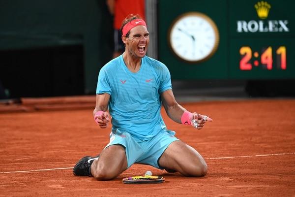 Rafael Nadal dejó ver todas sus emociones al ganar una vez más el Roland Garros, por mucho su torneo emblema. Fotografía: Anne-Christine POUJOULAT / AFP)