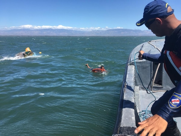 Oficiales de Guardacostas rescataron a dos hombres cerca de la isla San Lucas. Foto: MSP para LN
