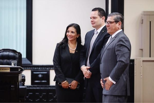 Gonzalo Ramírez, al centro, cuenta con el apoyo de Liberación Nacional y el bloque cristiano.
