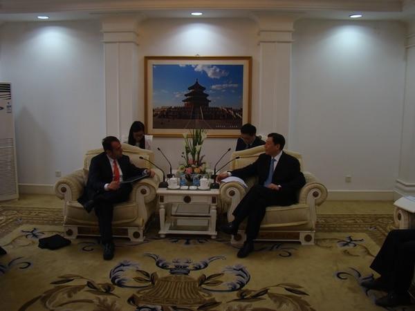 Alexánder Mora (izq.) se reunió con Sun Dawei, viceministro chino de Supervisión de Calidad, Inspección y Cuarentena, para plantearle el interés tico en el ingreso de la producción agroalimentaria a aquel país. | CORTESÍA COMEX