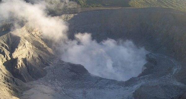 Vista de la laguna del volcán Poás hoy 17 de abril a las 6:06 a.m. donde se aprecia el agua de la laguna en plena ebullición. La Red Sismológica Nacional confirmó luego pequeñas erupciones en esas aguas pasadas las 7:40 a.m. de esta mañana.