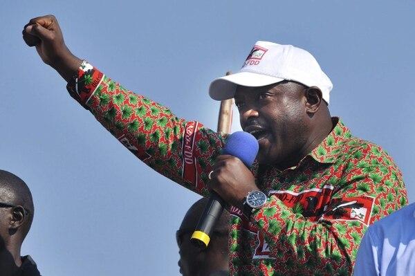 Burundi vivía el miércoles una situación confusa y tirante, luego de que el Ejército anunció el derrocamiento del presidente Pierre Nkurunziza, para atajar la ola de violentas protestas en contra de la decisión del mandatario de volver a presentarse como candidato en las elecciones de junio. En las calles de Buyumbura, la capital, hubo festejos y apoyo a la decisión de los militares.