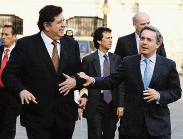 El presidente peruano, Alan García (Izq.), recibió ayer en el Palacio de Gobierno en Lima a su homólogo colombiano, Álvaro Uribe. | EFE