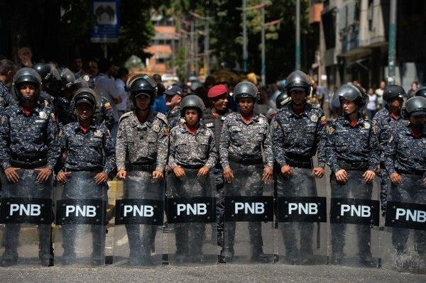 Miembros de la Policía Nacional Bolivariana (PNB) en Caracas, durante una protesta contra el gobierno del presidente Nicolás Maduro, el 30 de enero del 2019. Foto: AFP