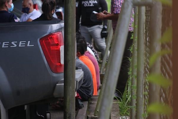 Los detenidos fueron llevados hasta donde está resguardada la buseta para que estuvieran presentes a la hora e su minuciosa revisión. Foto: Cortesía