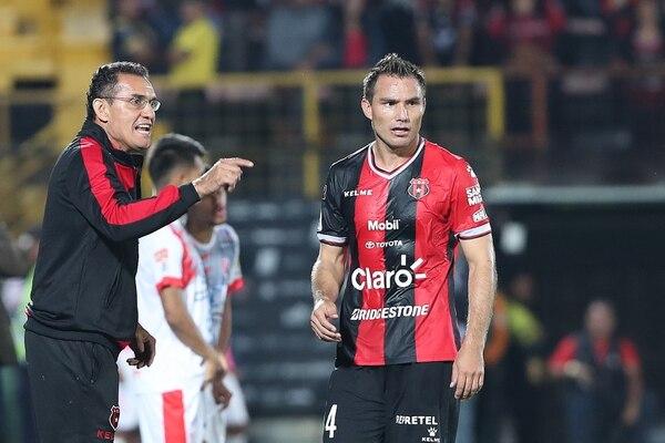 Luis Diego Arnáez es de los técnicos que pasan dando instrucciones en todo el partido. Fotografía: John Durán