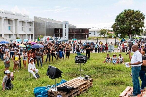 Manifestantes, convocados por los sindicatos de educación, se congregaron el lunes enfrente de la sede de la autoridad del ramo en Cayena, Guayana Francesa.