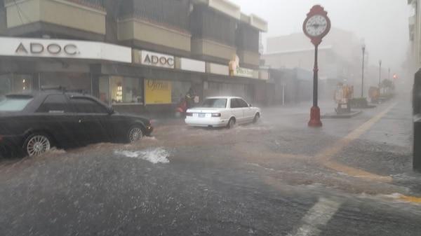A las 3:15 p. m. las lluvias eran torrenciales en el centro de Alajuela.