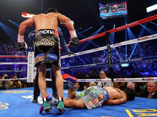 Juan Manuel Márquez observa como quedó tendido en la lona el filipino Manny Pacquiao.   AFP