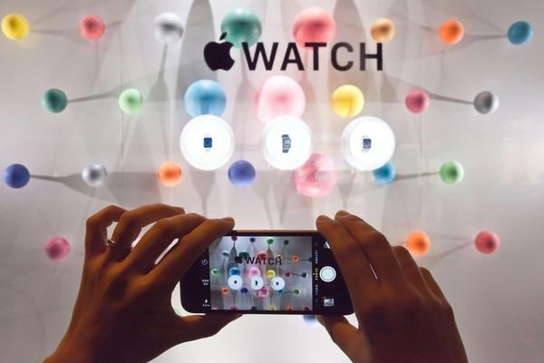 Parte de una exhibición del Apple Watch en París hoy 30 de setiembre.