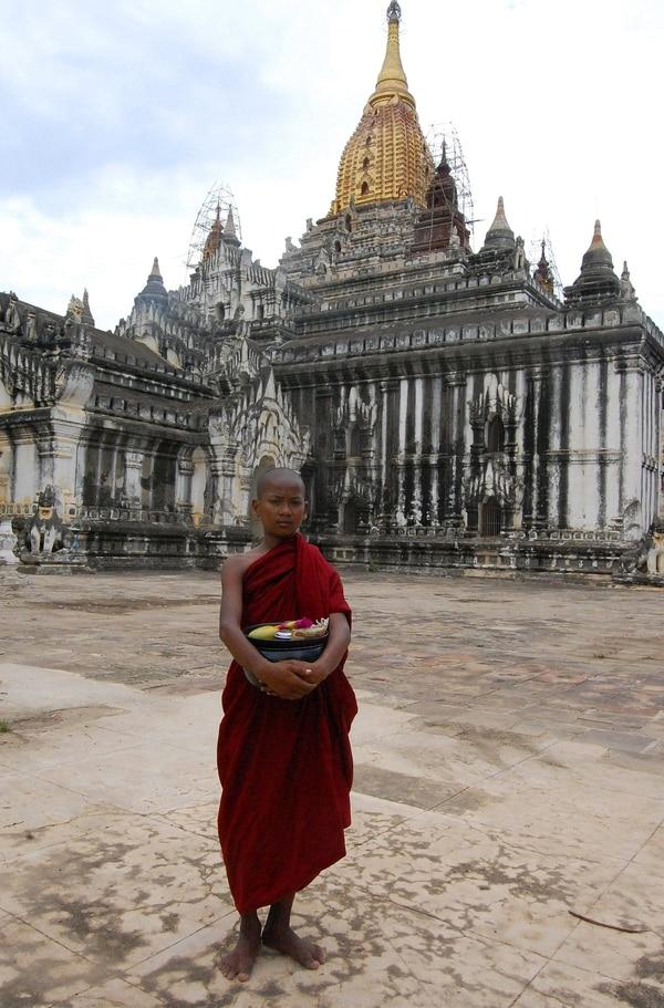 Un joven monje budista ante un templo en la localidad birmana de Bagan