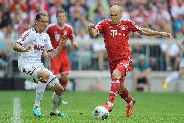Arjen Robben (derecha) domina el balón con su letal pierna izquierda, mientras el defensor del Núremberg, Emanuel Pogatetz, intenta cerrarle los espacios. | EFE