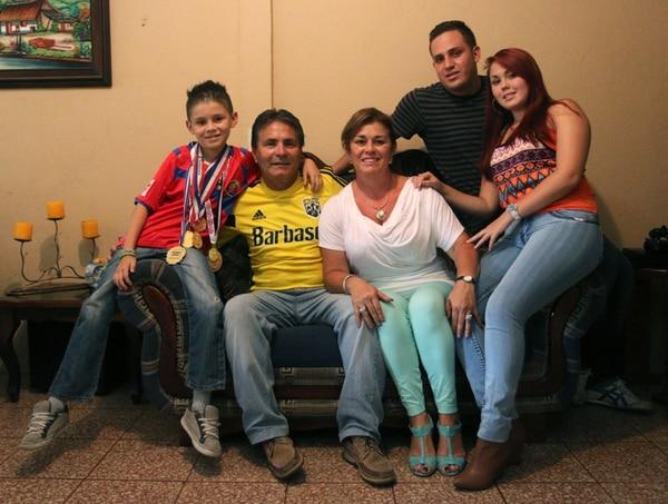 Roberth, don Roberto, doña Elsa, Andy (amigo) y Julie, son su familia. | CRISTIAN ARAYA