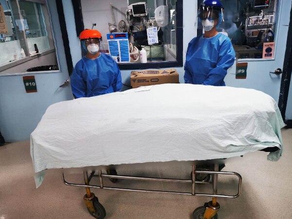 Esta es la imagen que publicó en sus redes sociales, el médico Alejandro Moya Álvarez, este lunes en horas de la noche. La fotografía muestra a dos profesionales en salud al lado de una camilla en la que se traslada el cuerpo de una persona que murió por covid-19. Tomada de redes sociales con autorización del profesional.