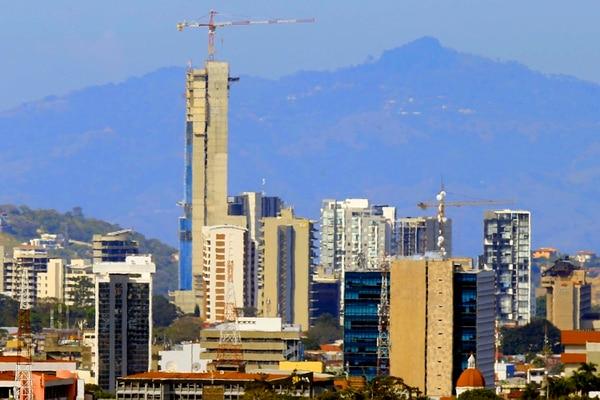 Construcciones verticales van apoderándose poco a poco del paisaje urbano de la capital. Panorámica de Sabana oeste desde Granadilla. Foto: Rafael Pacheco