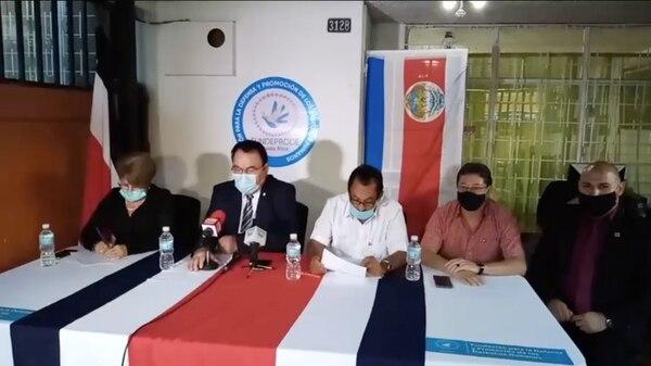 Hermenegildo González Álvarez (segundo de izquierda a derecha) participó en una conferencia de prensa realizada por el Movimiento Rescate Nacional. González se presenta como