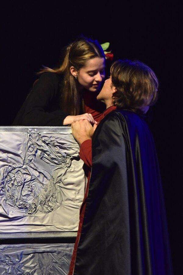 Ilse Faith y Fabricio Fernández encarnan a la trágica pareja de adolescentes de 'Romeo y Julieta'. FOTO: Aguja Comunicación.