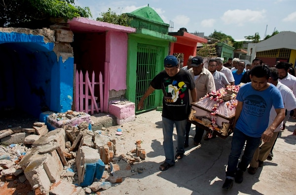 Los famliares de Reynalda Matus, de 64 años, la despidieron este sábado en el cementerio de Juchitán. Ella fue una de las víctimas del terremoto