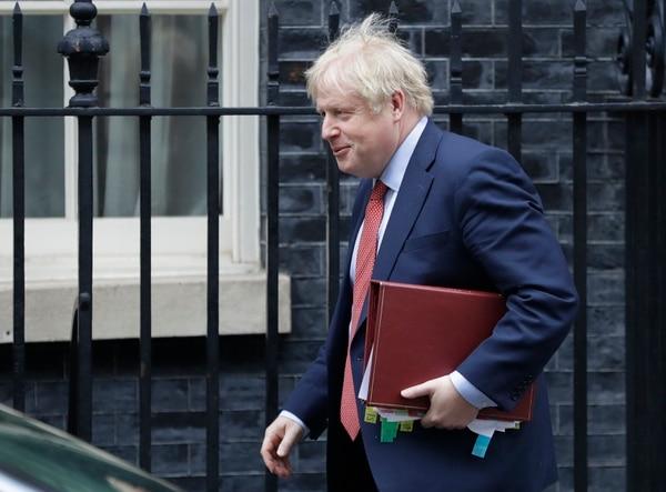 El primer ministro británico, Boris Johnson, sale de 10 Downing Street para asistir a la sesión semanal de preguntas en el Parlamento, en Londres, el miércoles 22 de enero del 2020. Foto: AFP