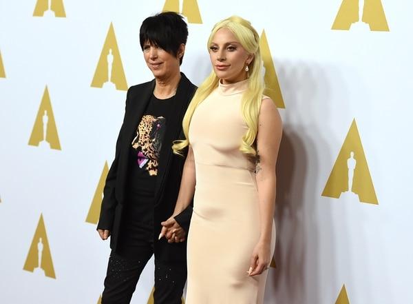 Favoritas. La reconocida compositora Diane Warren y la famosísima Lady Gaga aspiran al premio Óscar por su canción para el documental The Hunting Ground . AP.