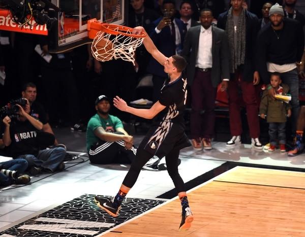 Zach LaVine de Minnesota Timberwolves en uno de sus intentos durante el torneo de clavadas de la NBA.