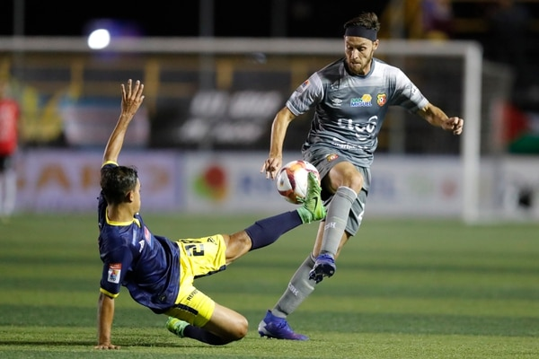 Gerardo Lugo lucha por la pelota con Moisés Arce en el juego entre Herediano y Guadalupe. Fotografía José Cordero