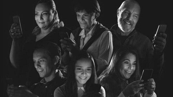 Rita Campos, María Torres, Gustavo Rojas, Javier Montenegro, Ilse Faith y Tatiana Zamora conforman el elenco de 'La foto'. Fotografía: Cortesía El Triciclo.
