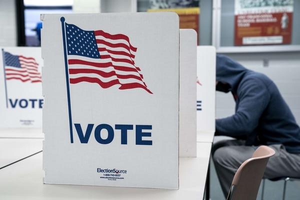 Un votante llenó este 31 de octubre del 2020 su papeleta electoral en un recinto de votación anticipada en el Centro Gubernamental de Franconia en Alexandria, estado de Virginia. AFP