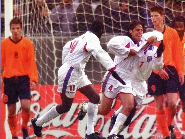 Gol tico a Holanda hace 13 años. Cristian Montero lo festeja con Winston Parks; lo sufren Rafael van der Vaart y Klaas Huntelaar. | ARCHIVO LN