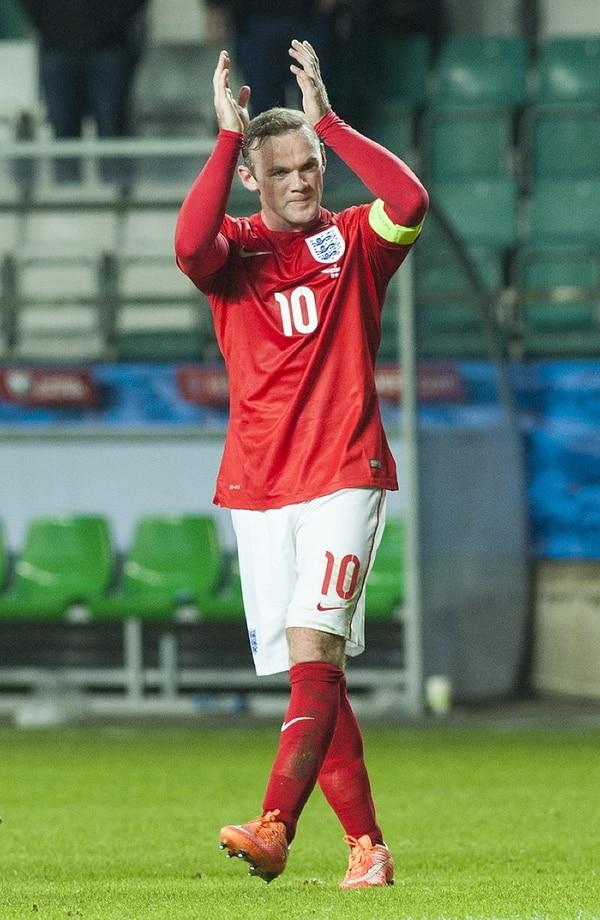 Wayne Rooney celebrando después del triunfo de Inglaterra ante Estonia