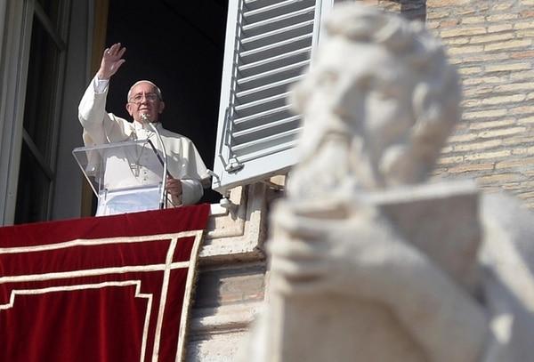 El papa Francisco saludó el viernes a los feligreses durante el rezo del Ángelus en la plaza de San Pedro, en Ciudad del Vaticano. | EFE