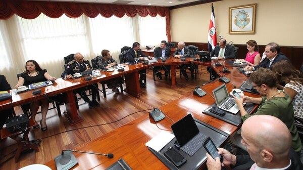 Las autoridades del Ministerio de Seguridad, DIS y Migración se reunieron con el presidente Luis Guillermo Solís para buscar soluciones a la ola crímenes que azota el país.