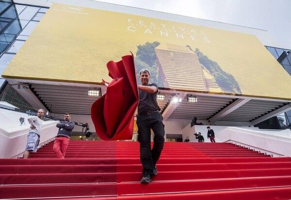 Un empleado coloca la alfombra roja delante del palacio de Cannes con motivo de la celebración de la 69ª edición del Festival de Cine de Cannes.
