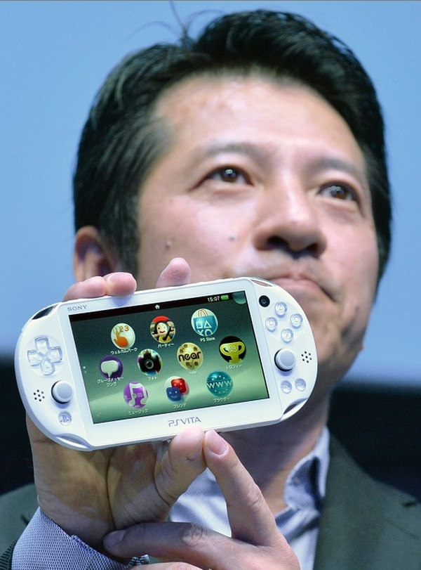 Hiroshi Kawano, presidente de Sony Computer Entertainment Japan Asia (SCEJA), muestra nueva portátil PlayStation Vita