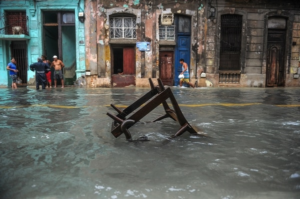 Las pertenencias de los cubanos flotan en las calles tras las inundaciones.