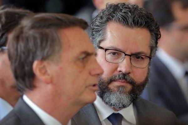 Jair Bolsonaro (izquierda) y Ernesto Araujo, semanas antes de que asumir funciones en el gobierno de Brasil.