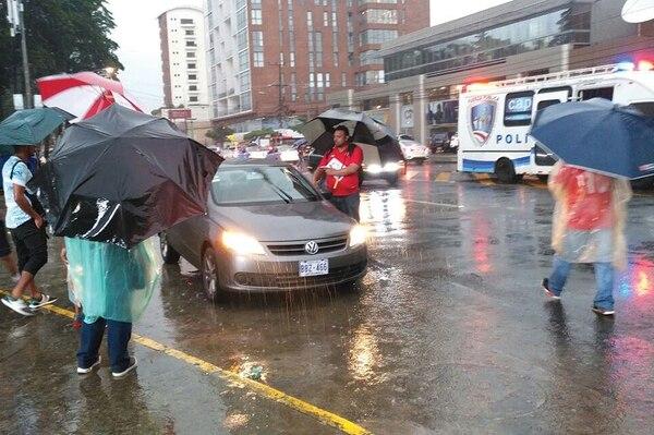 Uno de los revendedores le ofrece entradas a un aficionado que llegó en automóvil, ayer en las afueras del Estadio Nacional. | DANIEL JIMÉNEZ