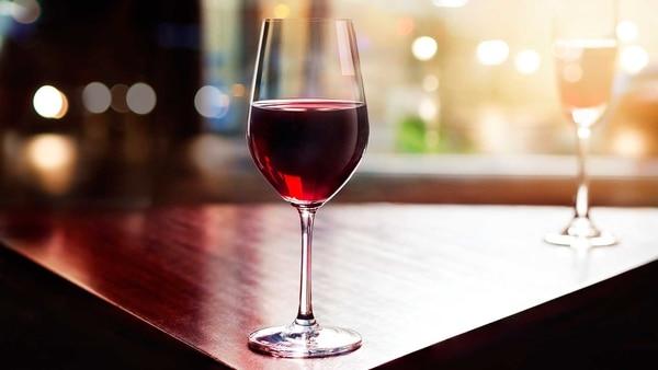 En los tintos, si se sirven muy fríos, se cerrará la nariz (o sea, casi no se sentirán aromas) y los taninos se potenciarán en su máximo, haciendo que el vino tenga sabores amargos y astringentes poco agradables. Al servirlos calientes, tendremos un vino muy alcohólico.