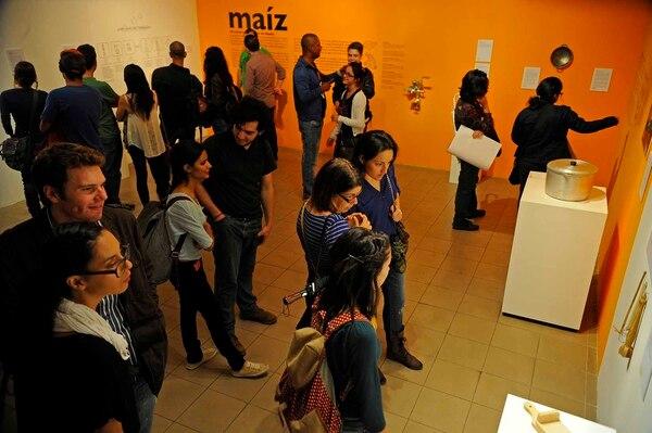 Personas disfrutan de la exposición Escala de Valores del artista Walter Iraheta en el Art City Tour de este viernes.