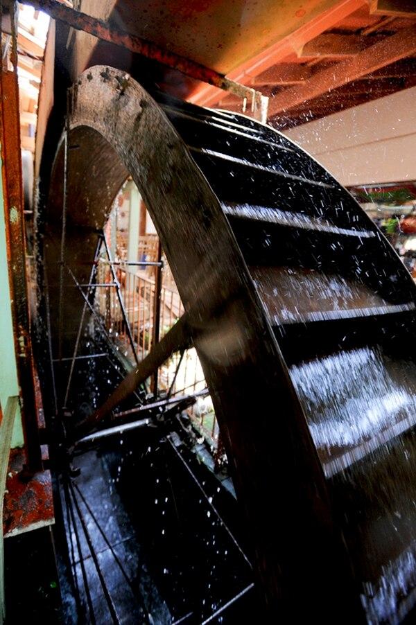 Una gran rueda hidráulica es la que provee la energía para el funcionamiento de la fábrica de carretas Eloy Alfaro, en Sarchí. | LUIS NAVARRO