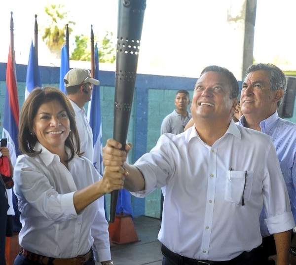 El 2 de febrero, Laura Chinchilla y Johnny Araya recibieron juntos la antorcha de los Juegos Centroamericanos en la frontera sur.